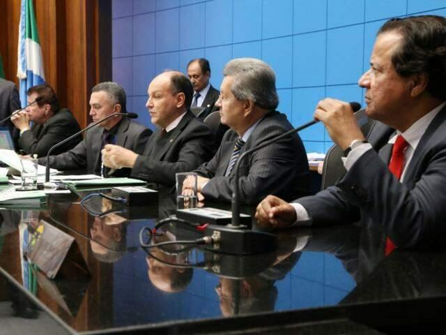 Deputados Maurício Picarelli (PSDB), Junior Mochi (MDB), Onevan de Matos (PSDB) e Amarildo Cruz (PT), na mesa diretora (Foto: Victor Chileno/ALMS)