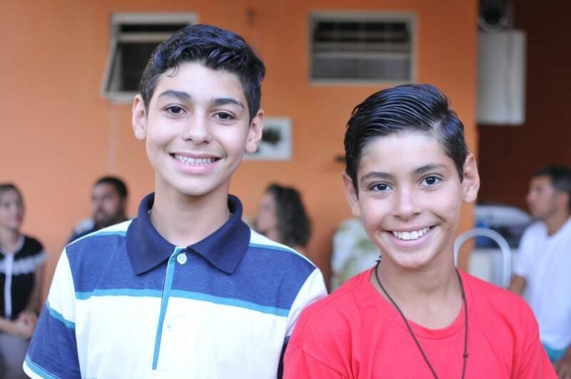 Erick e João estavam em abrigos desde 2013 e foram adotados com quatro meses de diferença, um pelo padrinho do outro. (Foto: Alcides Neto)