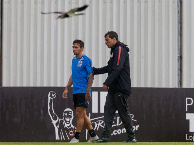Técnico Fabio Carille orienta jogador em treino do Timão (Foto: Daniel Augusto Jr./Agência Corinthians)