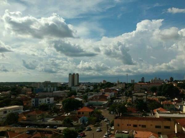 Céu cheio de nuvens na tarde desta segunda-feira; semana segue com dias parcialmente nublados (Foto: André Bittar)