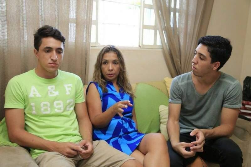 Diogo, Maira e Yago hoje, 11 anos depois que Adilson partiu. (Foto: Gerson Walber)
