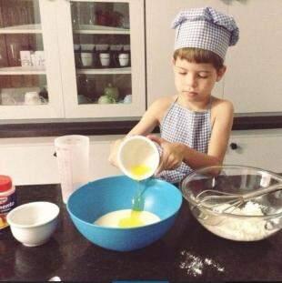 Mini-chef, Tomás já tem roupinha de cozinheiro. (Foto: Arquivo Pessoal)