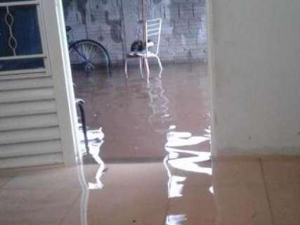 Chuva alaga rua e água invade três casas do Bairro Tiradentes