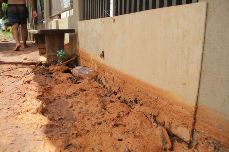 Lama acumulada em residência invadida pela água (Foto: Marcos Ermínio)