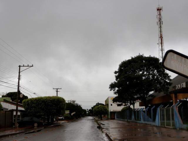 Chove desde a manhã desta terça-feira em Dourados e volume ultrapassa os 100 milímetros (Foto: Helio de Freitas)