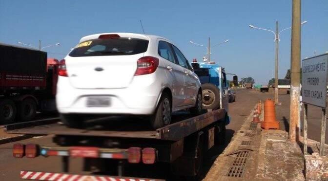 Fiscalização apreendeu carro de passeio que fazia lotação. (Foto: Agepan/Divulgação)