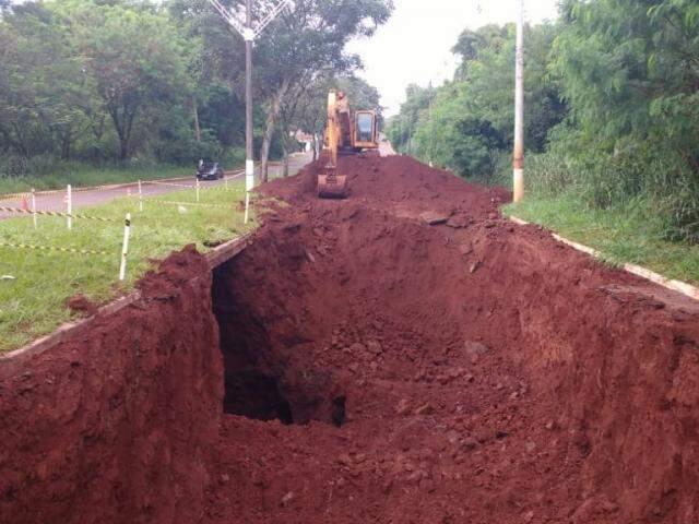 Máquina da prefeitura trabalha em trecho da Avenida Presidente Vargas, em Dourados (Foto: Adalberto Domingos)