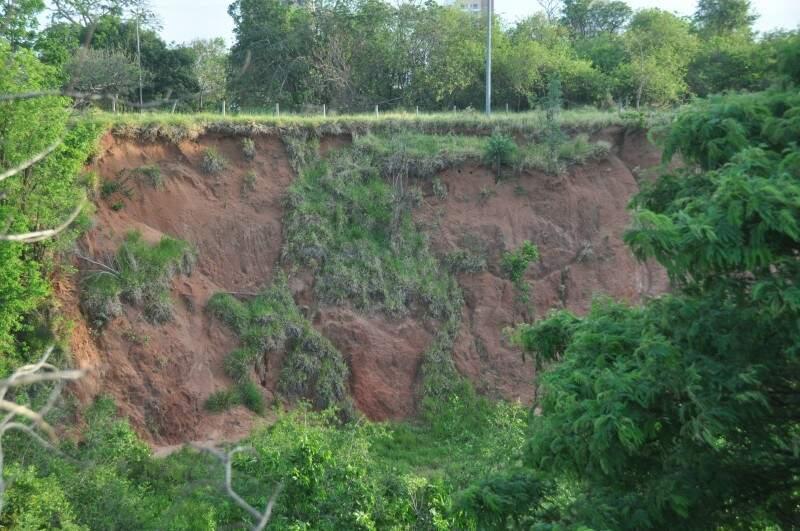 Buraco gigante é resultado de erosão no parque. Com as chuvas, situação piora. (Foto: Marcelo Calazans)