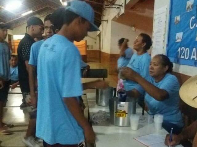 A aluna servindo o suco feito com PANC's para os colegas (Foto: Arquivo/escola)