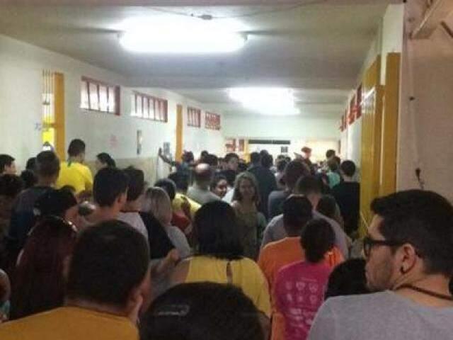 Fila na Escola Municipal Adair de Oliveira, na Vila Piratininga, quando eleitores chegaram a demorar 2 horas para votar (Foto: Gabriel Neris)