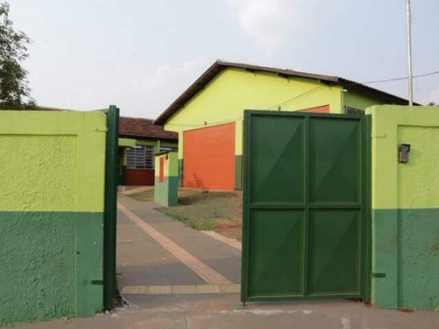 Portão de entrada da Escola Estadual Amélio de Carvalho Baís, no bairro Coophatrabalho (Foto: Kísie Ainoã)