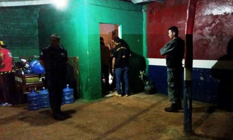 Policiais no local onde comerciante caiu após ser baleado (Foto: Sidney Bronka/94 FM)