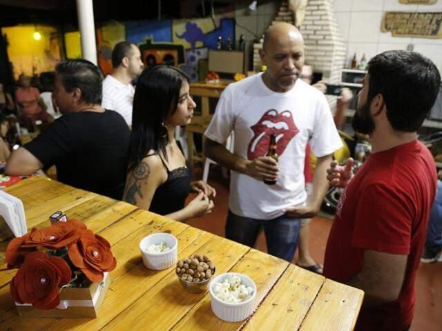No evento é servido petiscos e às vezes um prato principal com uma cerveja para harmonizar (Foto: Gerson Walber)