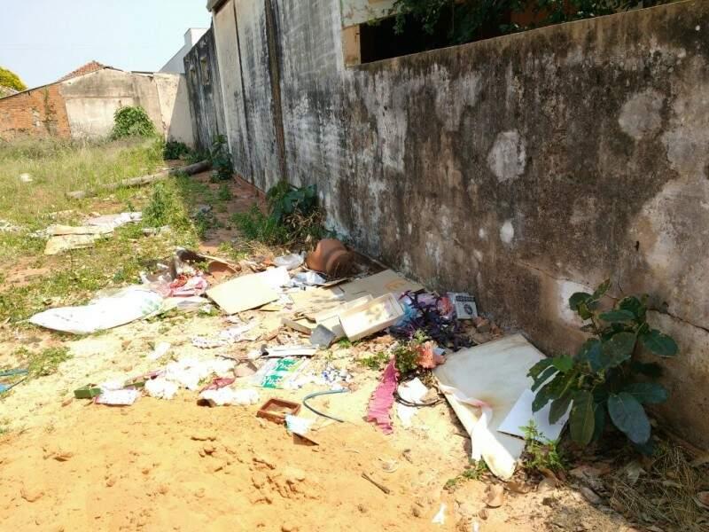 Lixos acumulados em casa abandona na Vila Glória em Campo Grande (Foto: Direto das ruas)