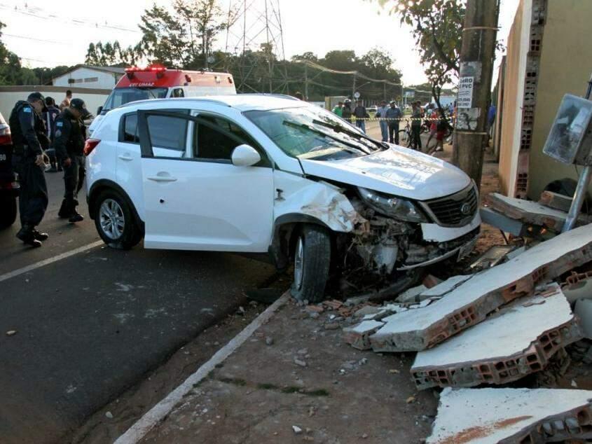 Carro desgovernado derrubou o muro de um comércio no local (Foto: Saul Schramm)