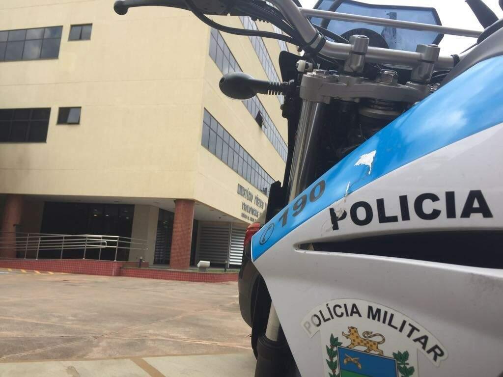 Viatura da PM estacionada em frente ao MPMS enquanto equipes estão nas ruas (Foto: Bruna Kaspary)