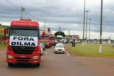 Passeata ocorreu no centro da cidade neste sábado (28). (Foto: Nivalcir Almeida / Fronteira News)
