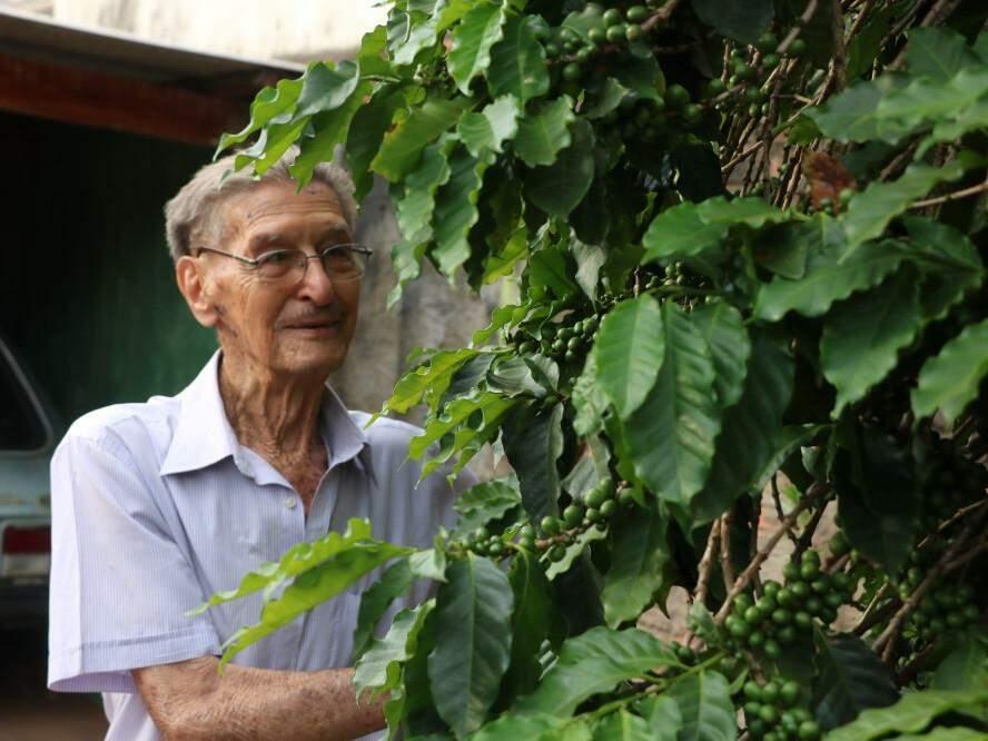 Hábitos da fazenda que Sebastião nunca abandonou, até hoje planta, colhe e tritura o próprio café (Foto: Kimberly Teodoro)