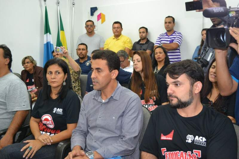 Grupo de 20 professores acompanharam assinatura de acordo. (Foto: Thiago de Souza)
