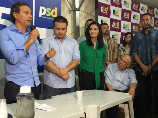 Ex-deputado Londres Machado, sentado, acompanha declaração do prefeito Marquinhos Trad (Foto: Divulgação)