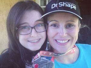 Danny e a filha, Alanis, com a medalha de São Silvestre. (Fotos: Acervo Pessoal)