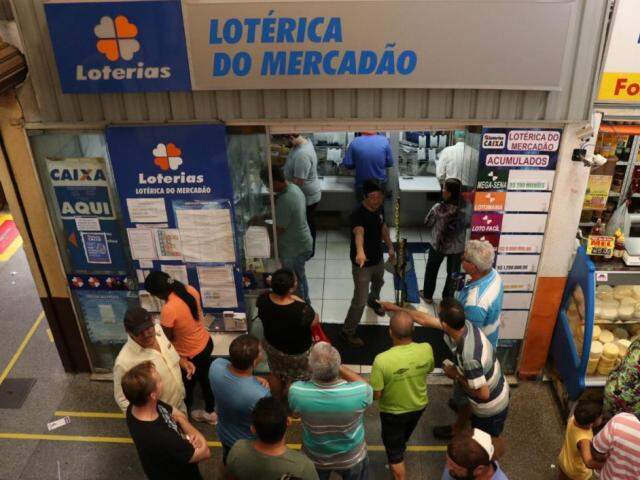 Apostadores na lotérica do Mercadão em Campo Grande. (Foto: Henrique Kawaminami)