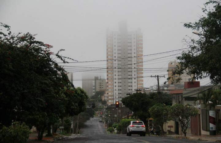 Na Capital, alguns bairros amanheceram cobertos por neblina (Foto: Marcos Ermínio)