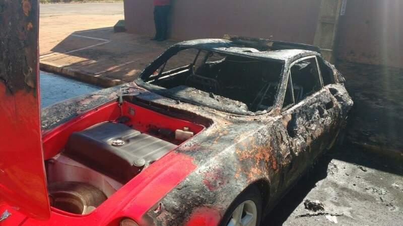 Carro queimado após pegar fogo por curto elétrico. ( Foto: Alberto Dias)