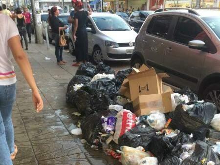 Montanhas de lixo se formaram nas calçadas. (Foto: Direto das Ruas)
