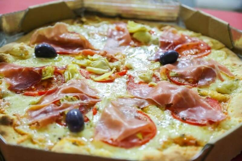 Pizza Família Lazzarini com presunto parma é o carro-chefe do restaurante
