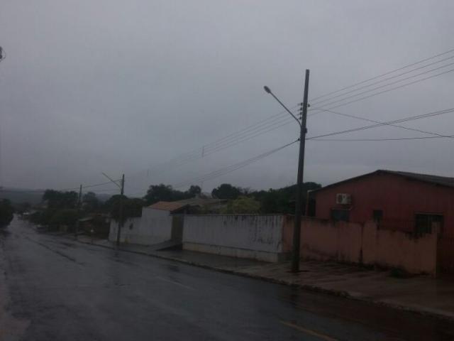 Dia amanheceu fechado e escuro em Costa Rica, no norte do Estado; previsão é de mais chuva para hoje  (Foto: Direto das Ruas)