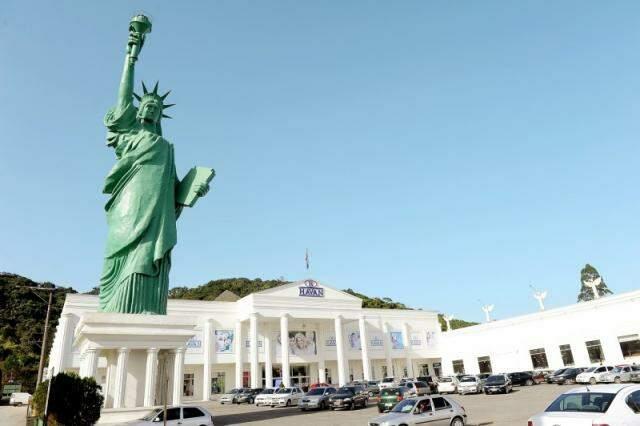 Em SC, loja reproduz Casa Branca e tem Estátua da Liberdade. (Foto: Divulgação)