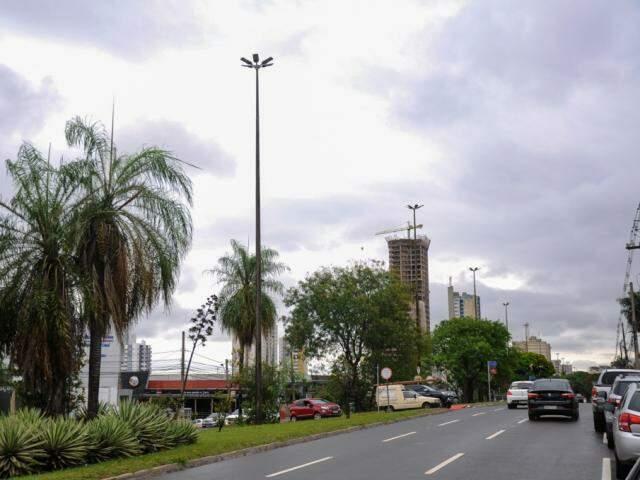 Céu nublado na tarde deste sábado na avenida Afonso Pena em Campo Grande (Foto: Paulo Francis)
