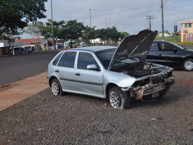 Parte dianteira do veículo ficou bastante danificada após o choque.
