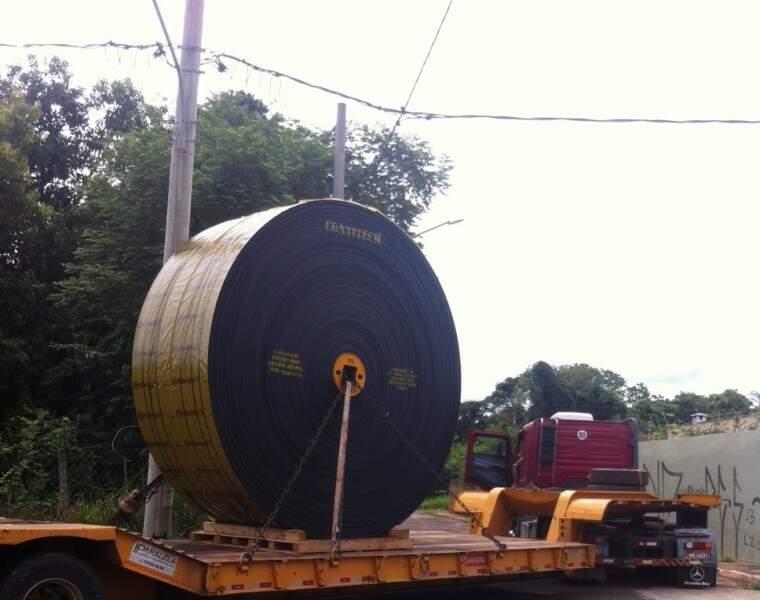 Caminhão derrubou poste de energia nesta quinta-feira (Foto: Divulgação/Júnior Soares)