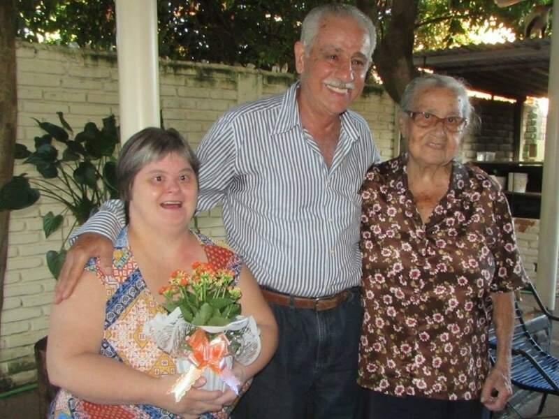 Nilza, a menina desenganada, Fandi, o médico que prescreveu amor e dona Carminda, a mãe de 94 anos. (Foto: Eduarda Rosa)