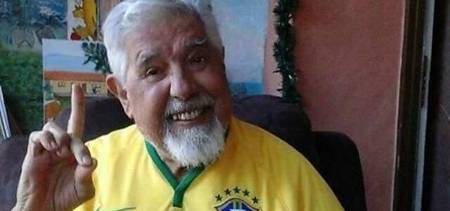 Rubén com camiseta do Brasil em dia de jogo da seleção contra o México, terra natal do ator.