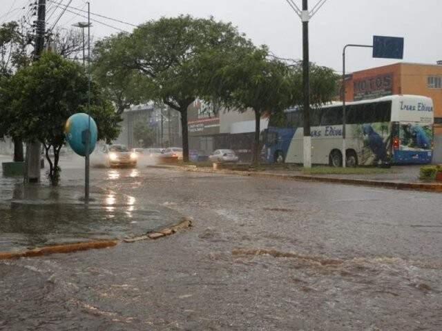 Enxurrada na Avenida Hayel Bon Faker, no Jardim Água Boa, em Dourados (Foto: Helio de Freitas/Arquivo)