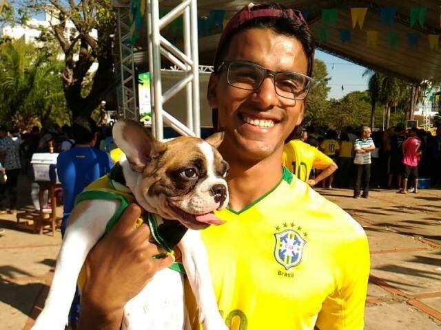 Cãozinho com o 'pai' na Praça do Rádio. (Foto: Kleber Clajus).