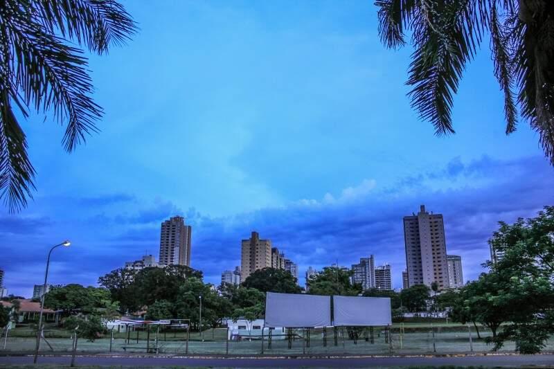 Em Campo Grande, a sexta-feira (25) amanhece com tempo nublado e mínima de 23ºC.(Foto: Marina Pacheco)