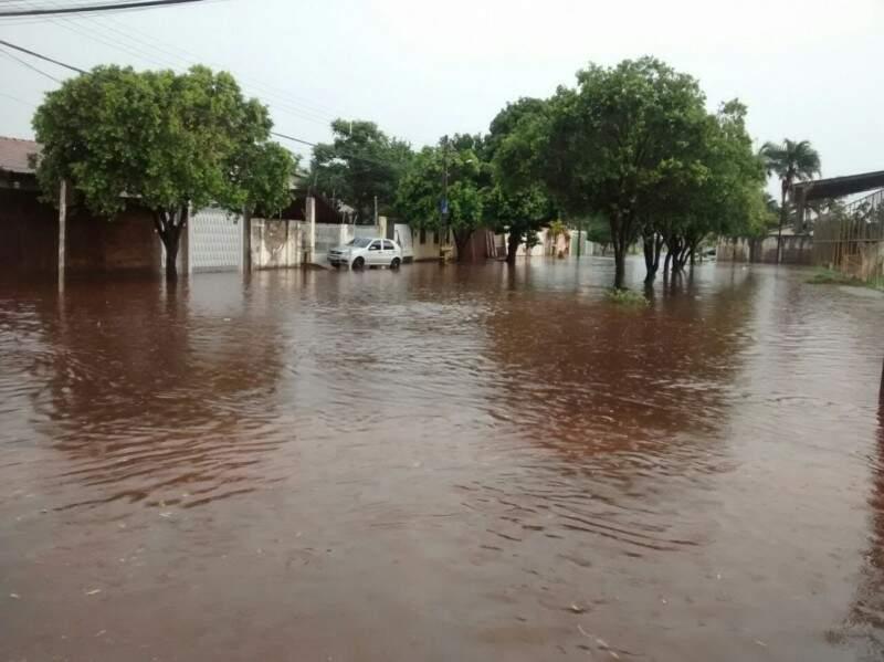 Rua debaixo d'água também no bairro Santo Antônio. (Foto: Direto da Rua)