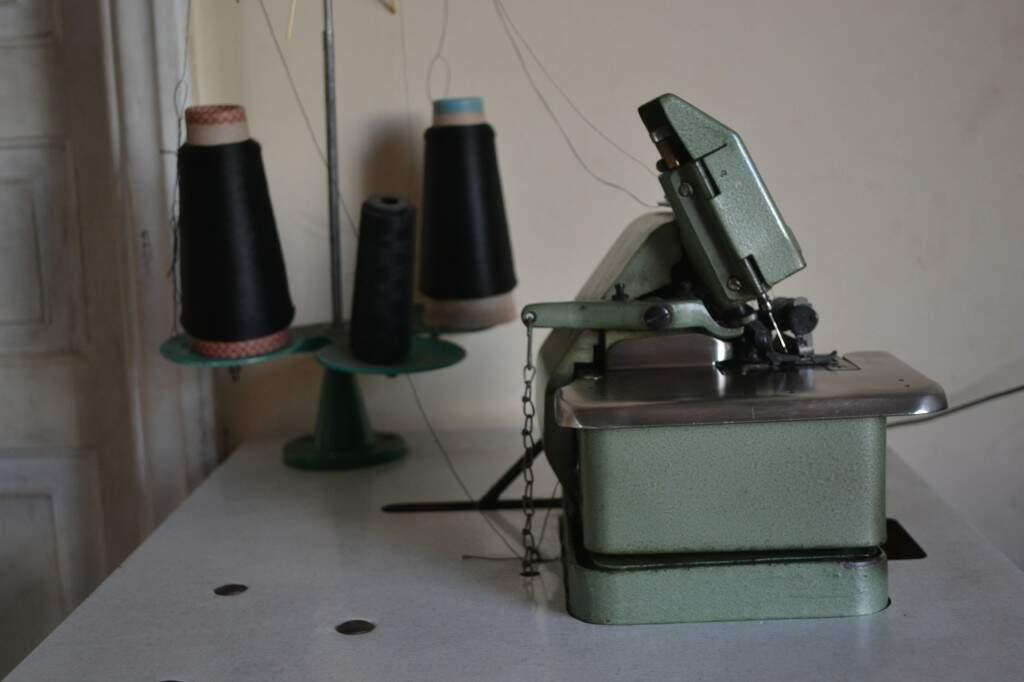 A máquina antiga, com mais de 30 anos, é o instrumento de trabalho até hoje.