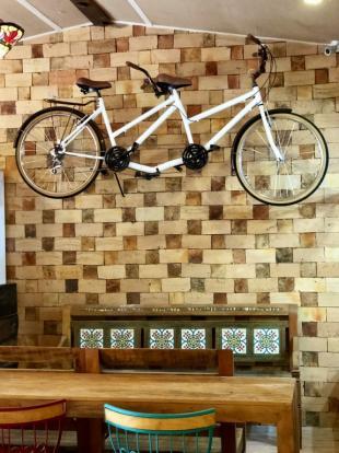 Bicicleta na parede foi escolha para deixar ambiente descontraído. (Foto: Ana Carolina Câmara)