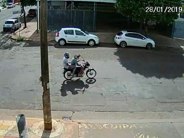 Bandidos passando pelo local momentos antes do furto. (Foto: Divulgação)