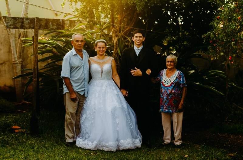 Jacque e Diogo com os avós dela, seu Temisto e dona Maria Raquel, no quintal da casa deles. (Foto: Junior Mohr)