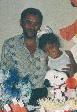Mariana ao lado do pai que já faleceu.