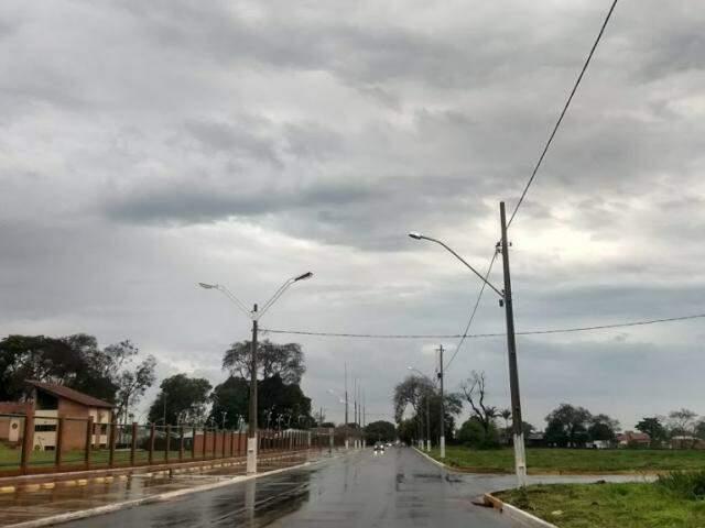 Chove nesta manhã em Dourados após dez dias de estiagem (Foto: Helio de Freitas)