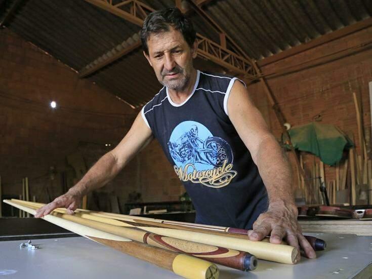 A vocação para trabalhar com madeira, seu Onivercidio Pereira de Souza, de 58 anos, diz ter trazido de berço. (Foto: Gerson Walber)