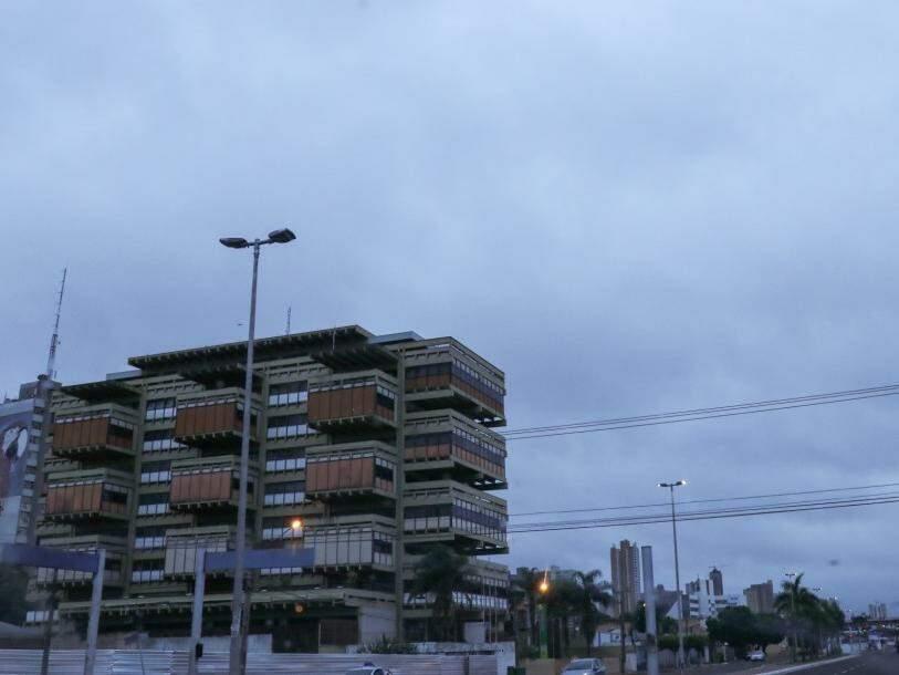 Depois de chuva de ontem à tarde, céu amanheceu carregado em Campo Grande (Foto: Henrique Kawaminami)