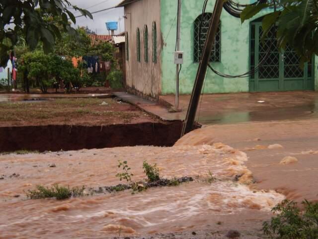 Erosão ameaça igreja no Jardim Carioca. (Foto: Milton Rocha Alves)
